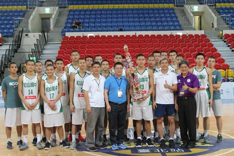 松山高中海峽盃籃球邀請賽青年組奪冠。(林宋以情攝)