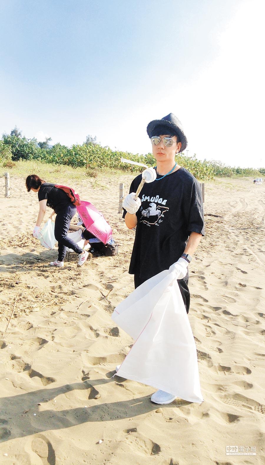 林俊傑昨赴沙崙海邊撿拾垃圾。