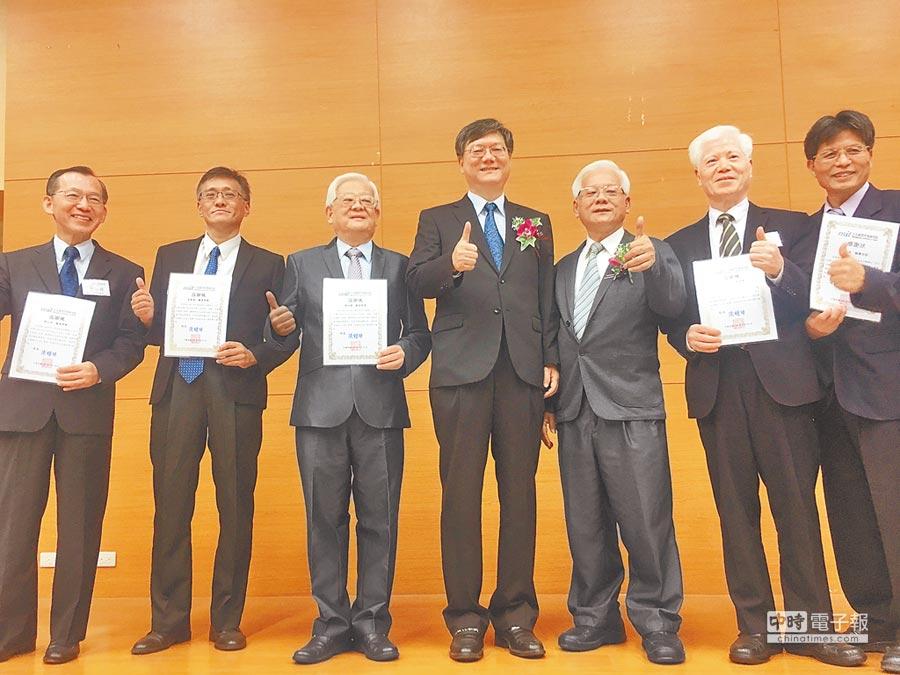前行政院副院長杜紫軍(左4)認為,全球青年將面臨共同競爭,到海外工作不是壞事。(記者吳泓勳攝)