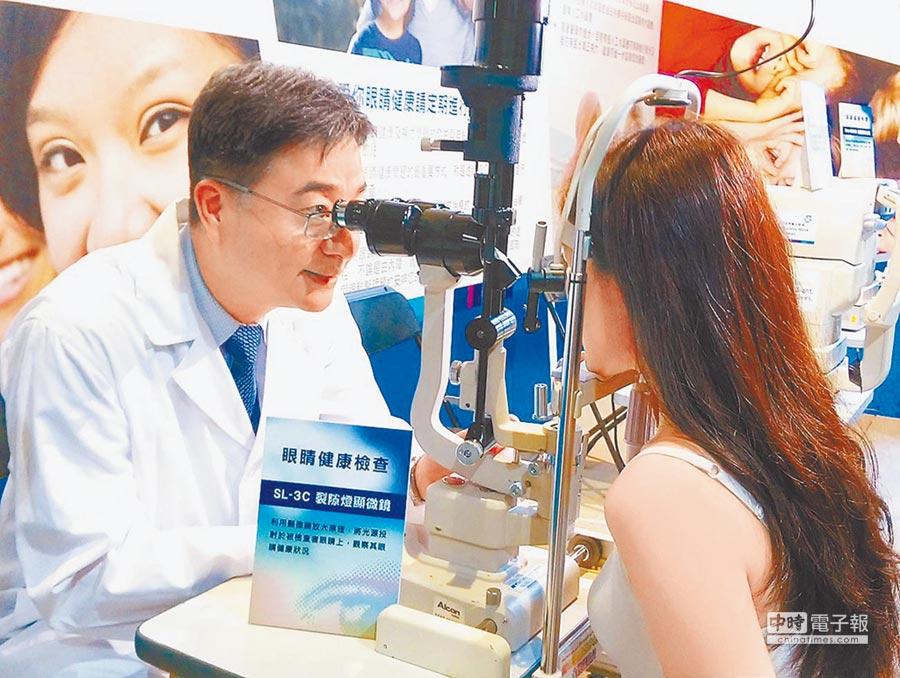 醫生替民眾檢查眼睛。(本報系資料照片)