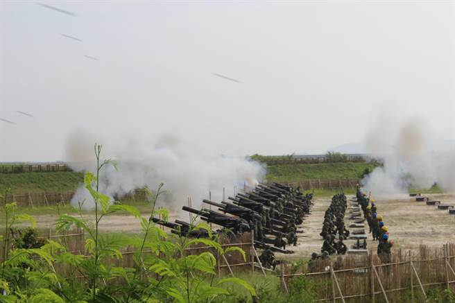 「重砲射擊訓練」發射108枚砲彈,現場震天價響。(陳淑娥攝)