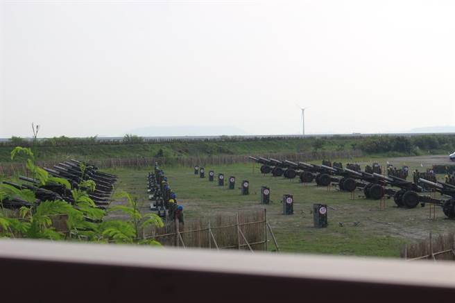 「重砲射擊訓練」發射108枚砲彈,現場十分壯觀。(陳淑娥攝)