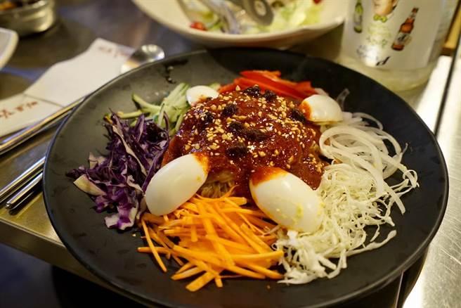 尚未拌開的Q彈「盤子麺」,被五色蔬菜與醬汁包裹,可謂色香味俱全。(陳凱寧 攝)