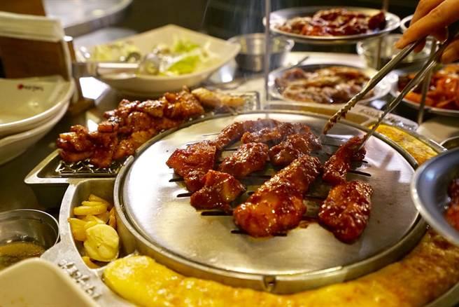 光靠名字就引來無數圍觀的「海鷗肉」,包裹濃厚醬料,口感恰到好處。(陳凱寧 攝)