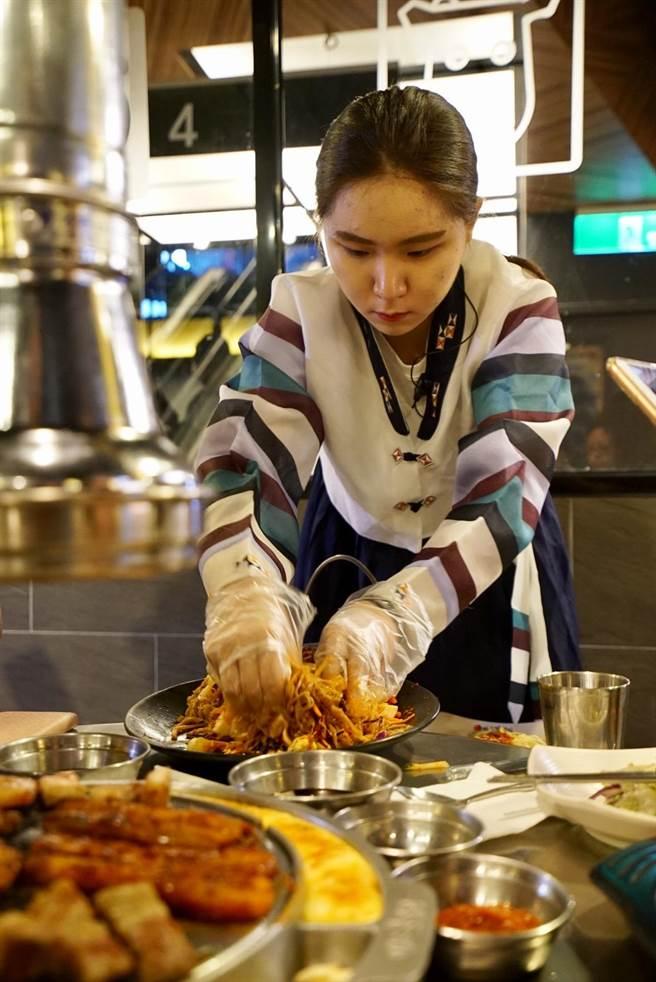 神級雪濃湯不但湯頭濃,更是加了滿滿牛肉片與麵線。(新麻蒲海鷗提供)
