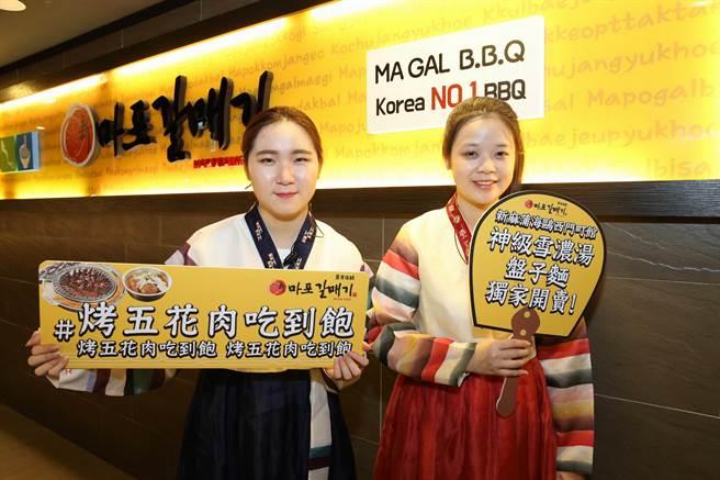 來自韓國的美女店員為顧客攪拌盤子麵。(陳凱寧 攝)