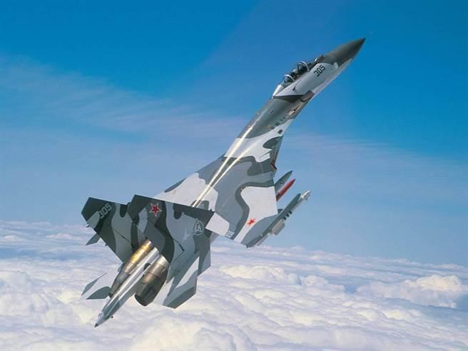 美國空軍曾以「F-15全面落後於Su-27」的說法,推進F-22的持續研發,同時蘇愷公司也用同一種理由向外爭取訂單,也算是各取所需,其實Su-27與F-15算是各有勝長。(圖/蘇愷)