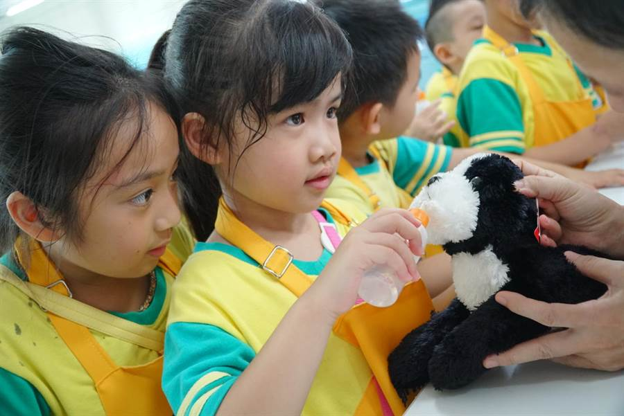 新北市動保處今(25日)成立「毛寶貝生命教育中心」,在板橋動物之家邀請近百位國小及幼兒園學童一起擔任「動保小小兵」。(葉書宏翻攝)