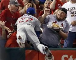 MLB》踢飛球迷食物 小熊游擊手這麼做讓球迷樂翻