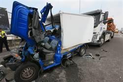 小貨車遭砂石車夾撞 駕駛傷重不治