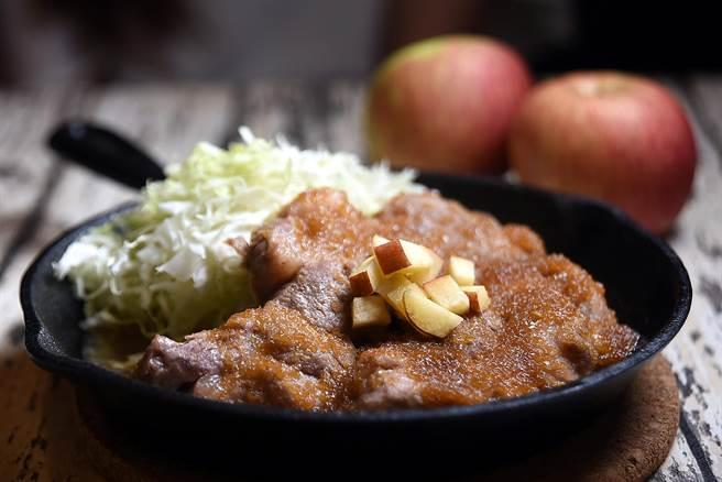 〈東京豚極〉的〈薑燒蜜蘋鐵板豬排〉的醬汁,是用大量洋蔥、蒜末、薑、蘋果,以及白味噌、清酒與味醂和醬油調製。(圖/姚舜攝)