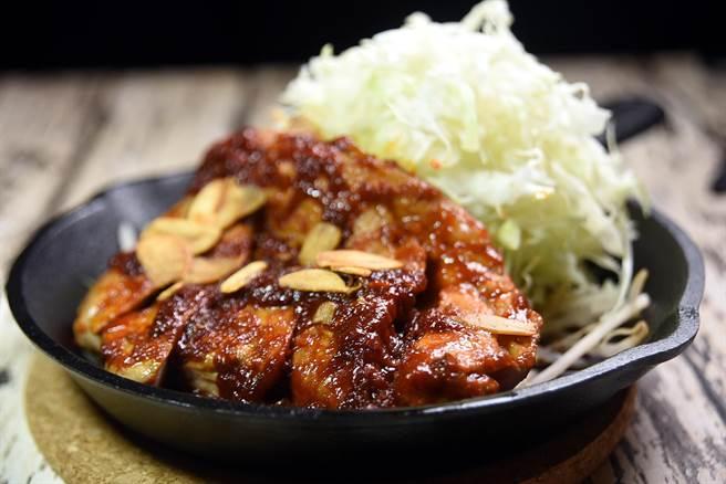 〈赤辛醬煎鐵板豬排〉的醬汁是用紅味噌與韓式辣醬調製,味道微辣帶有甘甜,並隱隱帶有豆瓣醬的味道。(圖/姚舜攝)