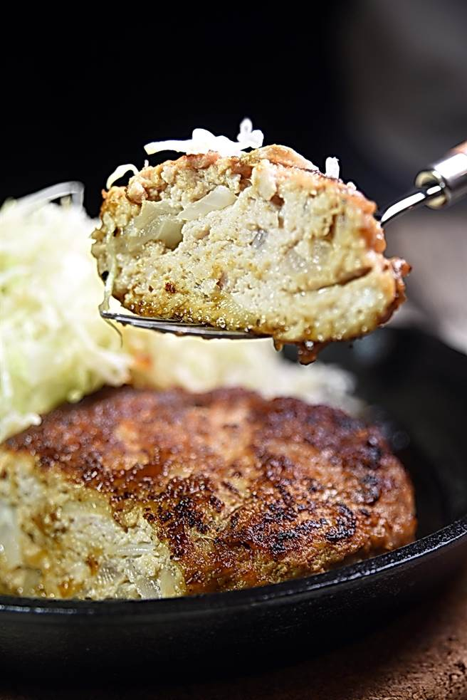 用豬後腿肉手拍製作的〈日式手作漢堡排〉重300公克,又大又厚,味道與口感不輸牛肉漢堡排,吃食時可以分叉分切。(圖/姚舜攝)