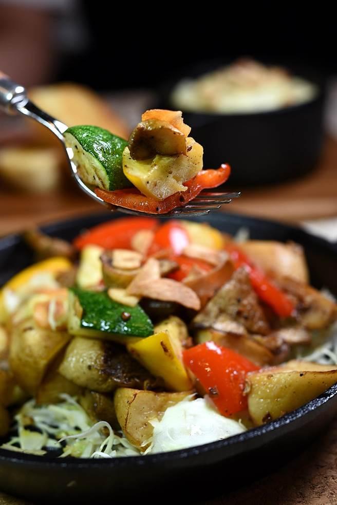 每份160元的〈櫛瓜野菇時蔬〉是用蒜香奶油拌炒,是標準和風洋食。(圖/姚舜攝)