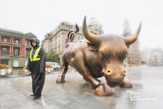 大陸智庫指金融業須進一步開放。圖為上海外灘金融牛。(中新社資料照片)