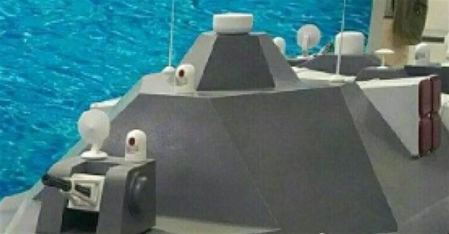 分析指出,模型上的艦砲配置,令D3000顯得頭重腳輕。(圖/網路)