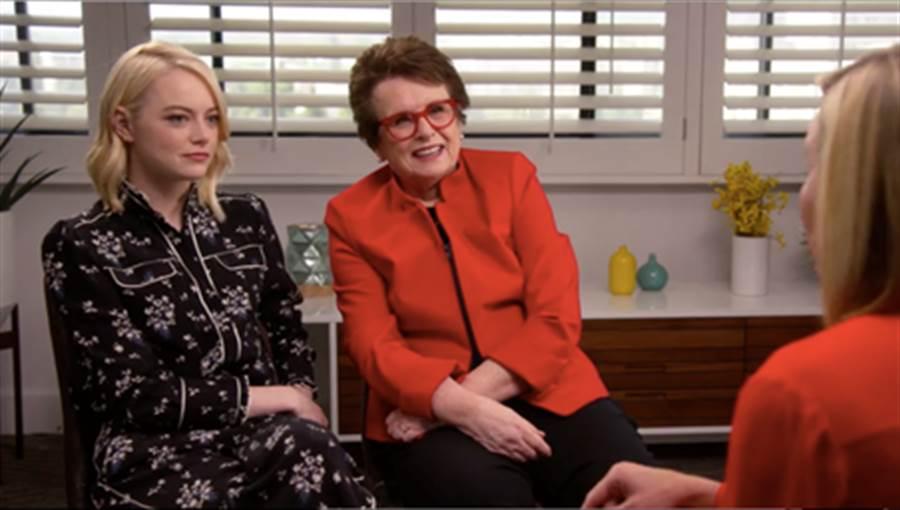 演員艾瑪史東穿著 ERDEM x H&M 系列,絲綢雪花蓮印花成套襯衫及褲裝現身《雀兒喜有話說》談話節目。 (圖/H&M)