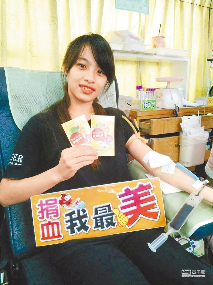 捐血中心精心準備看板,讓喜愛拍照的年輕人捐血時也能享受小樂趣。(呂妍庭翻攝)