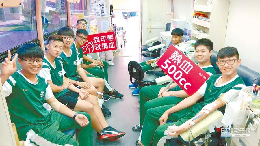 為鼓勵年輕族群挽袖捐熱血,捐血中心主動走進校園,靠同儕力量刺激學子的捐血意願。(呂妍庭翻攝)