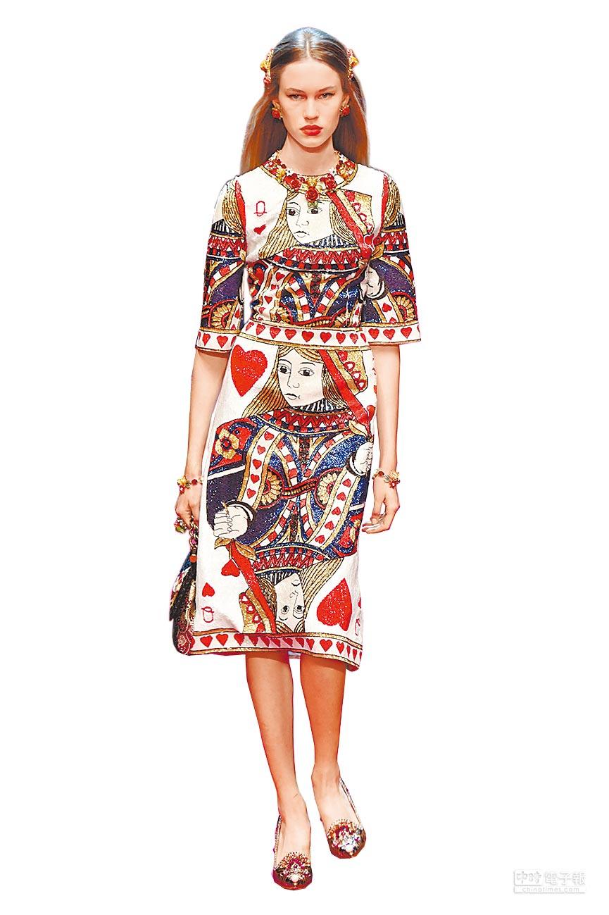 Dolce & Gabbana 2018春夏系列女裝以「紅心女王」(Queen of Hearts)為題,以亮片、珠飾帶出撲克牌圖騰靈感。(CFP提供)