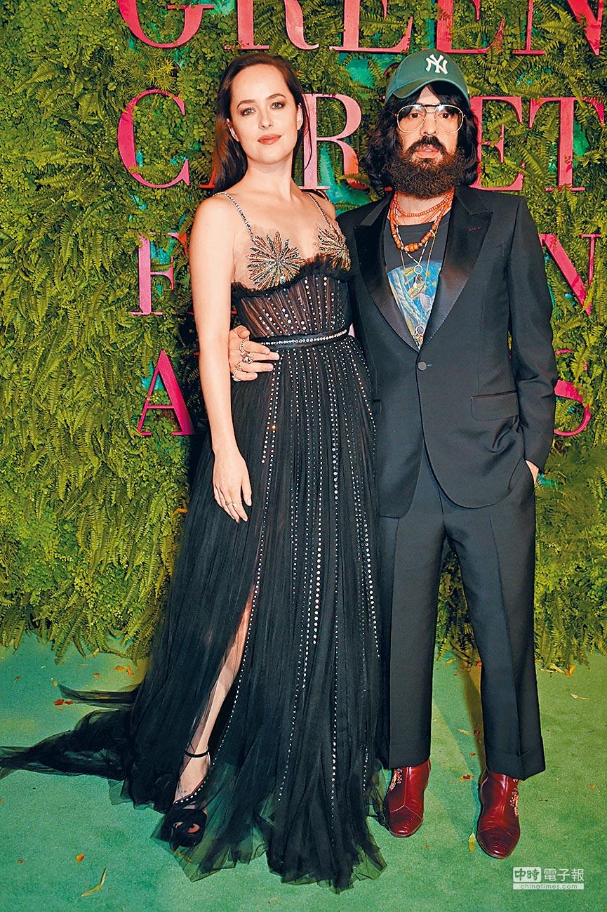 達可妲強生(左)身穿GUCCI紗質禮服,與品牌創意總監Alessandro Michele一同出席綠地毯時尚大獎。(CFP提供)