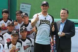 讚世新棒球隊「敢表現」 陽耀勳化身一日教練