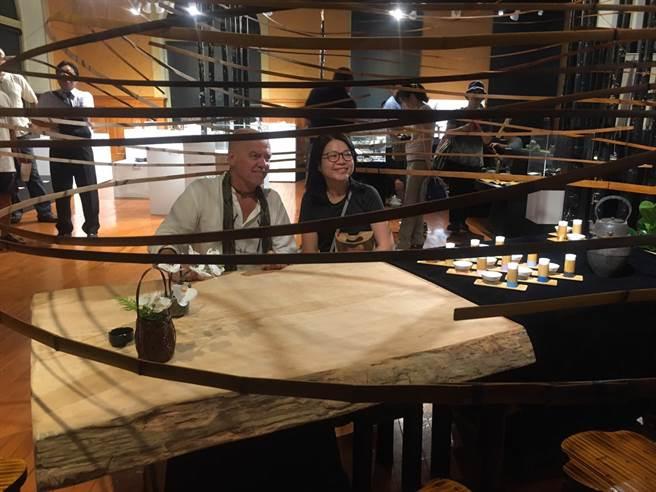 """法國竹藝藝術家羅宏馬丁(Laurent Martin """"Lo"""")(圖左)與民眾一同享受在竹茶頂的氛圍。(許庭嘉攝)"""