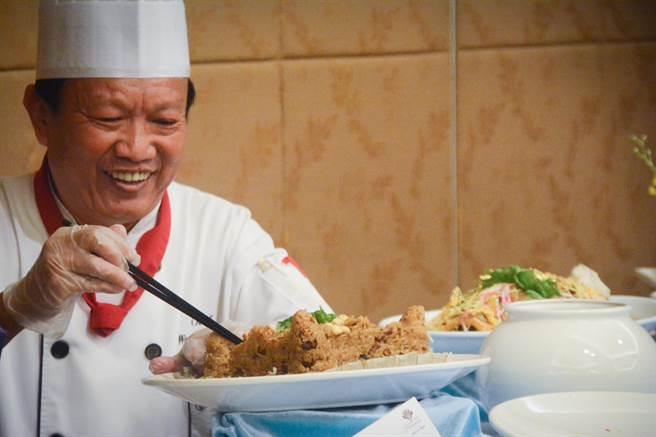 主廚為萬年季活動設計的特色料理,以米糕堆成砲台形狀。(林宏聰攝)