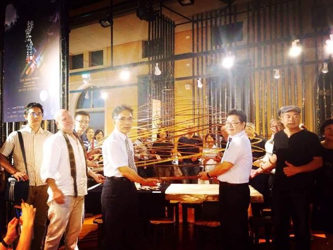 台灣設計展之一的工藝館,邀請國立台灣工藝研究中心策畫《秘密的連結》特展,法國的西班牙裔竹藝家羅宏馬丁帶來別開生面的「竹茶頂」。(曹婷婷攝)