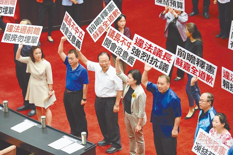 國民黨立委在賴揆上台前,舉標語抗議前瞻計畫。(本報系記者姚志平攝)