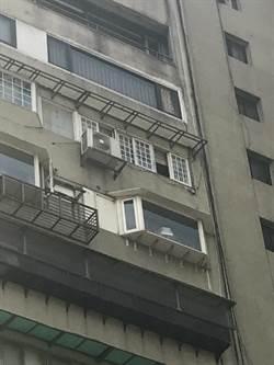 李新開窗爬下10樓 鄰居驚問:你要做什麼?