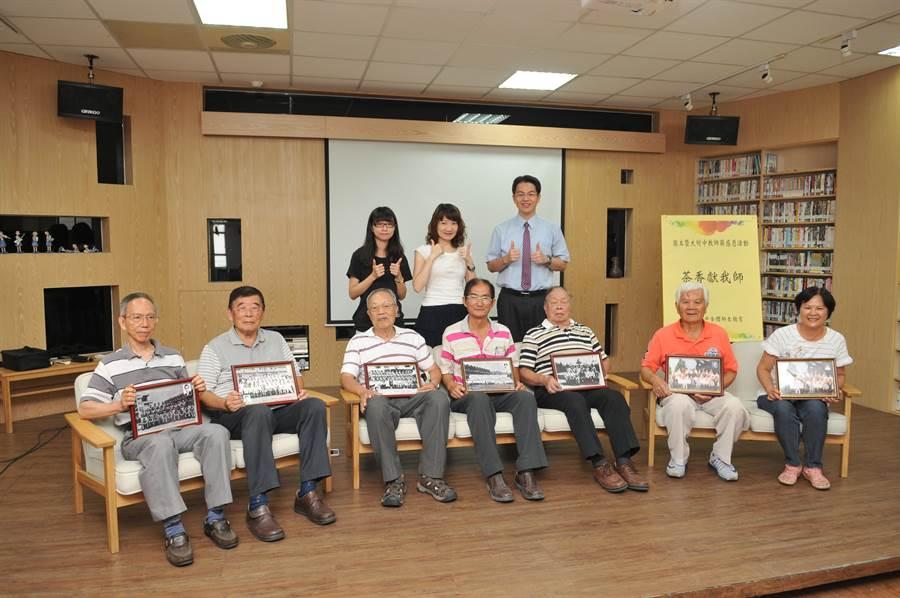 國立暨大附中為每位退休教師裱框第一張畢業紀念照,讓老師們感到特別窩心。(廖肇祥攝)