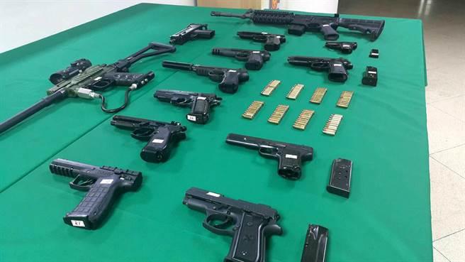 高雄市三民二分局29日宣佈破獲槍械改造工廠,共起獲13把手槍及子彈,左一為鎮暴槍。(呂素麗翻攝)