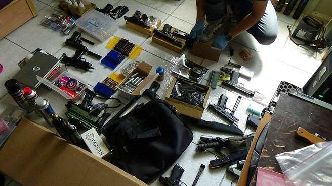高雄市三民二分局29日宣佈破獲槍械改造工廠,共起獲13把手槍及子彈,及改造工具。(呂素麗翻攝)