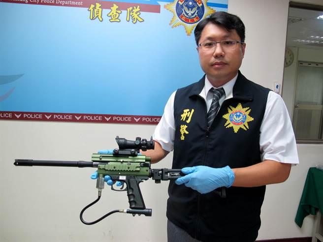 高雄市三民二分局29日宣佈破獲槍械改造工廠,偵查隊長林耕宇說,鎮暴槍通常用於生存遊戲打漆彈用的。(呂素麗攝)
