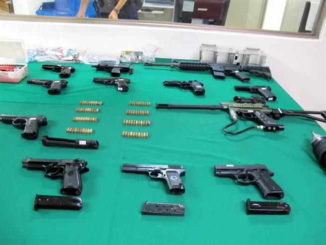 高雄市三民二分局29日宣佈破獲槍械改造工廠,共起獲13把手槍及子彈。(呂素麗攝)