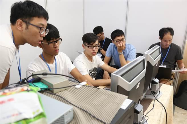 學生參加叢集電腦競賽,透過互動合作與時間賽跑。(徐養齡翻攝)