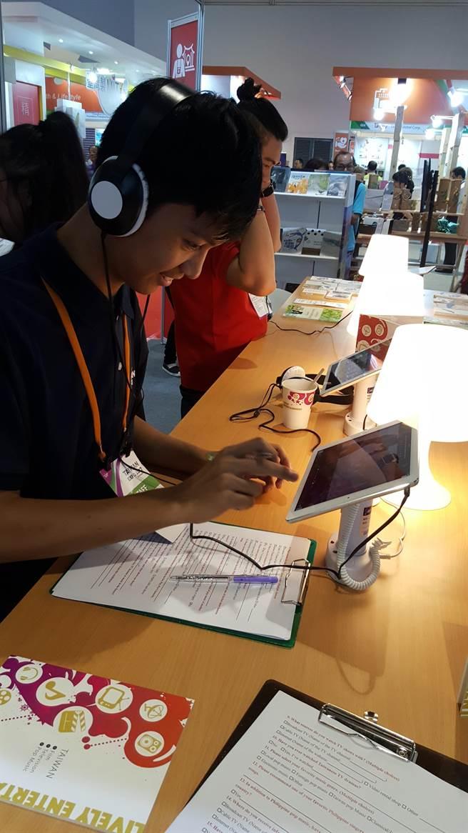 臺灣影視音產業展覽於菲律賓臺灣形象展中備受關注,民眾喝咖啡聽音樂,看電影邊嚐臺灣茶,享受臺灣文化創作的美好。