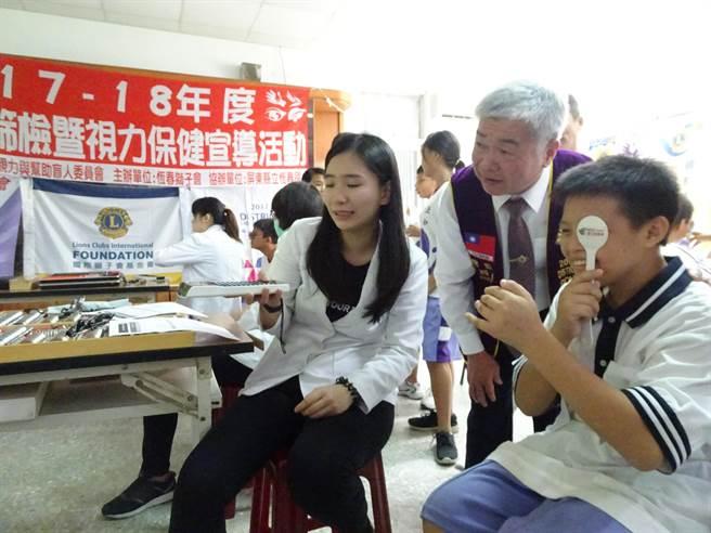 國際獅子會到恆春國中為清寒學生免費健檢。(謝佳潾攝)