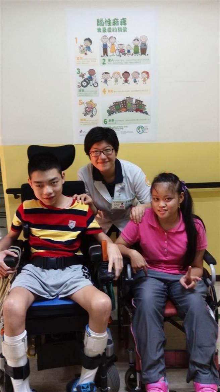 物理治療師潘懿玲(後)與兩位腦性麻痺兒童。(潘懿玲提供)