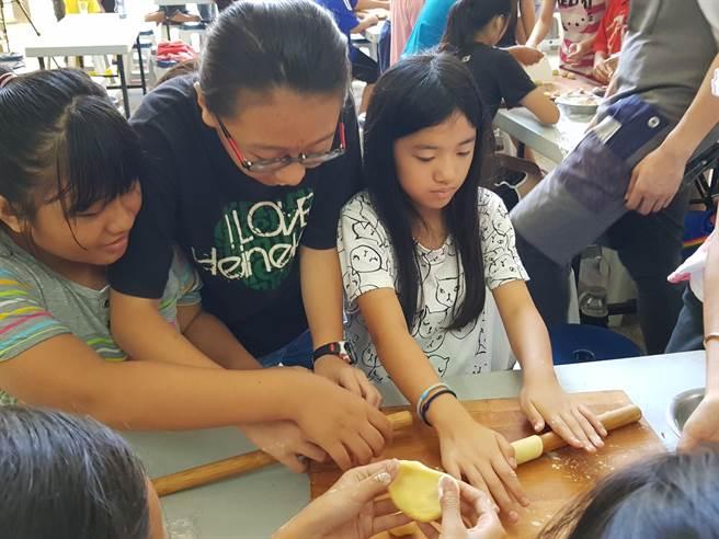 中秋節前夕,小學生親手做月餅體驗烘焙樂趣。 (林雅惠攝)
