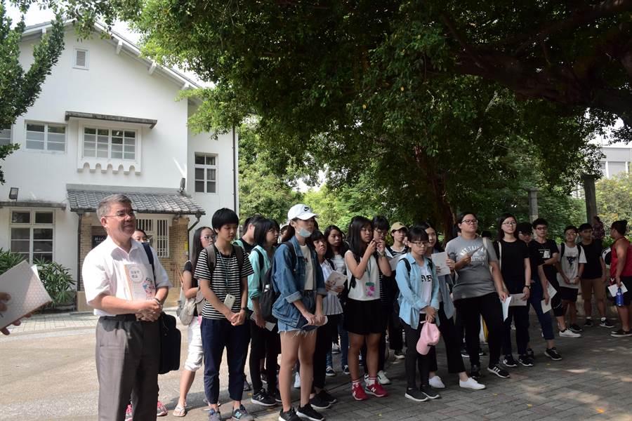 上屏東學的大一新生走訪孫立人將軍行館。(謝佳潾攝)