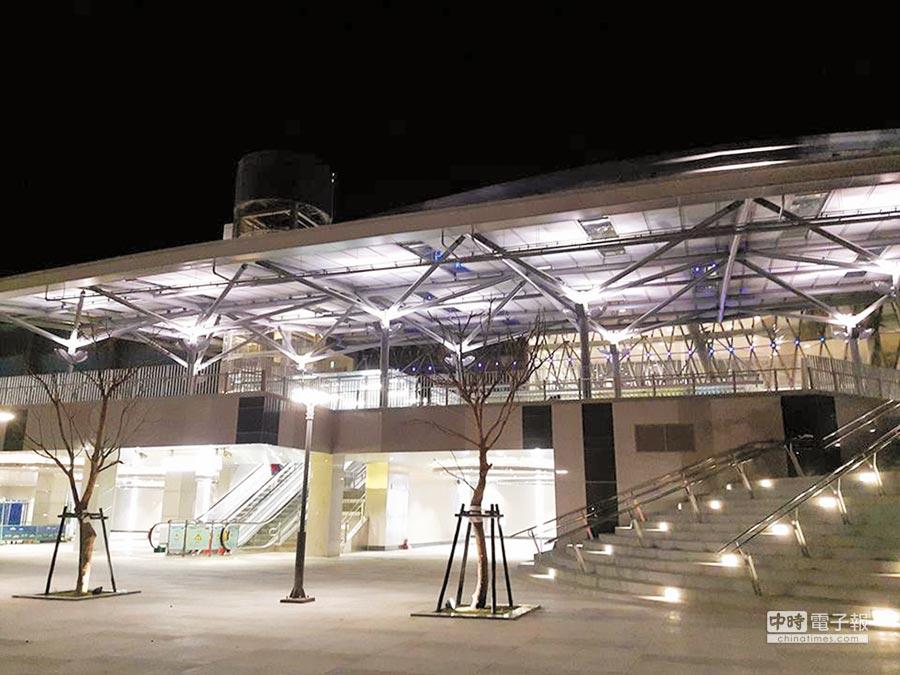 基隆火車站南廣場近期完工,並將在10月2日正式啟用,晚間路過車站的民眾都發現「基隆變美了」。(翻攝自林右昌臉書)