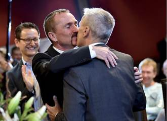 德國同婚生效 牽手38年同志情侶搶頭香結連理