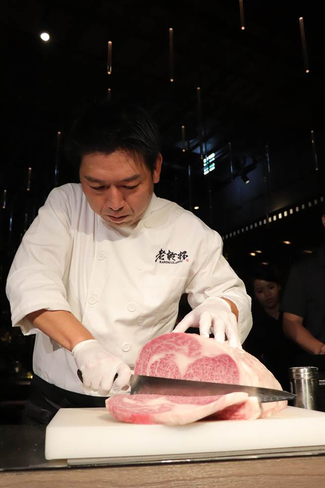 乾杯集團行政主廚平本貴弘現場示範切片A5等級宮崎牛肋眼牛排。(徐力剛攝)