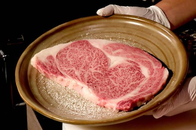 老乾杯厚切和牛肋眼牛排,最佳食用厚度建議約1至1.5公分。(徐力剛攝)