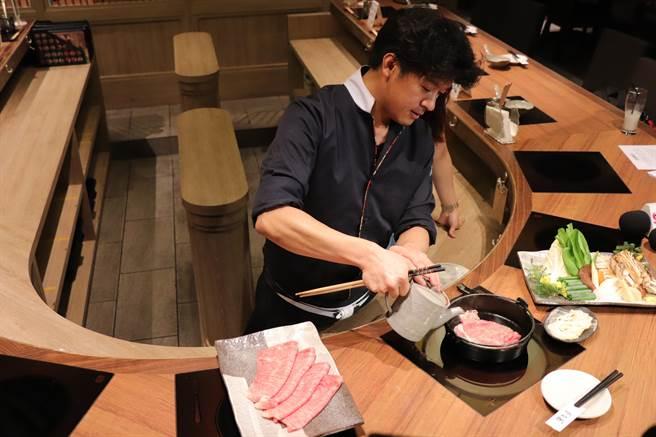 總料理長鈴木俊寬以和牛沙朗部位,現場示範壽喜燒料理。(徐力剛攝)