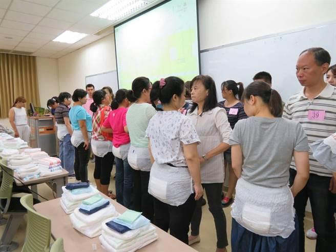 參加「尿布玩很大」活動的民眾體驗穿著尿布走秀。(翻攝照片)