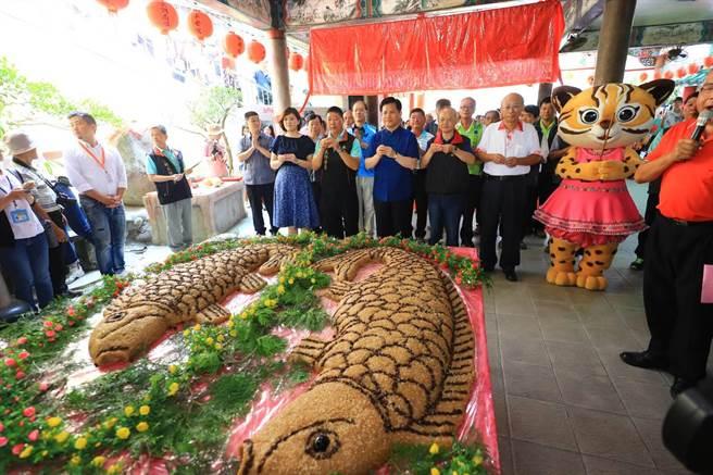 東勢區「鯉魚伯公文化祭」熱鬧登場,市長林佳龍前往鯉魚伯公祠參拜後並恭祝石母娘娘誕辰。(陳淑娥攝)