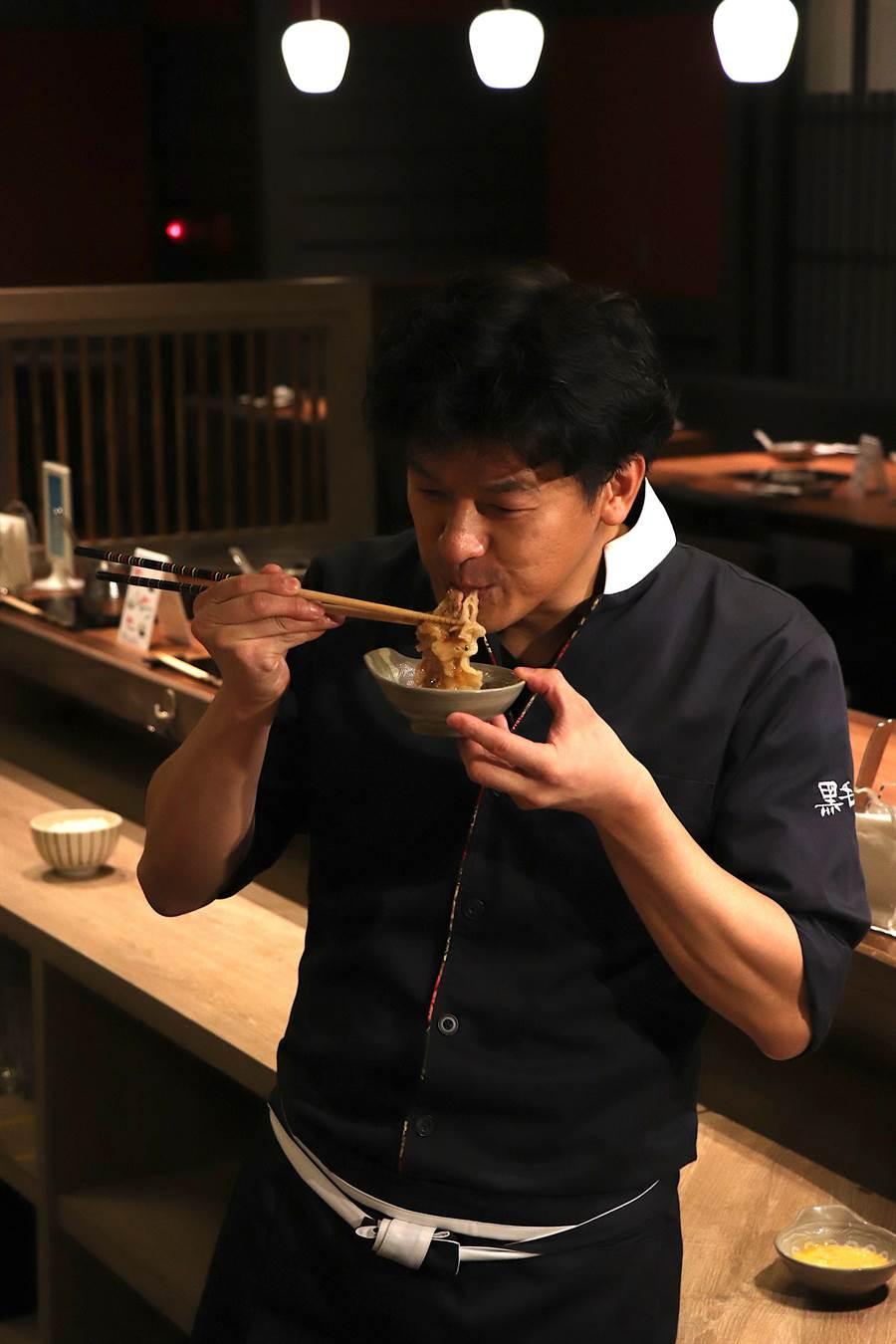 總料理長鈴木俊寬首次品嚐日本宮崎牛,滑順口感與豐富油脂令其讚不絕口。(徐力剛攝)
